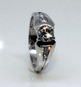 Strieborný prsteň so zirkónmi 2352